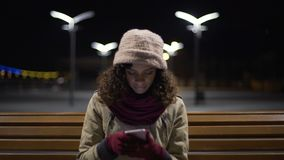 Να τυλίξει γυναικών ιστοχώροι στη συσκευή, που ψάχνει το κατάστημα Διαδικτύου με τα ενδύματα εμπορικών σημάτων απόθεμα βίντεο