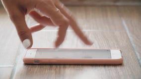 Να τυλίξουν τα δάχτυλα σε ένα smartphone μιμούνται treadmill το τρέξιμο απόθεμα βίντεο