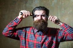 Να υποστεί τα γενειοφόρα στερεώνοντας μάτια ατόμων με τα γαλλικά κλειδιά Στοκ εικόνα με δικαίωμα ελεύθερης χρήσης