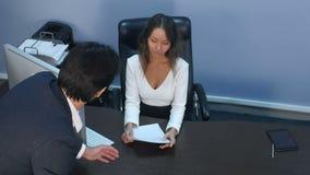Να υποστηρίξει επιχειρησιακών συναδέλφων στην αρχή απόθεμα βίντεο