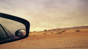 Να φανεί έξω δευτερεύων καθρέφτης στο Drive αυτοκινήτων στην έρημο απόθεμα βίντεο
