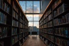 Να φανεί έξω το παράθυρο βιβλιοθηκών Στοκ φωτογραφία με δικαίωμα ελεύθερης χρήσης