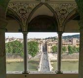 Να φανεί έξω το παράθυρο σε Ponte Sant& x27 Angelo στη Ρώμη Στοκ Φωτογραφίες
