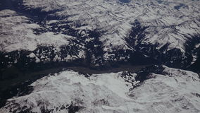 Να φανεί μέσω των αεροσκαφών παραθύρων κατά τη διάρκεια της πτήσης Άλπεις χιονισμένος Ιταλός και Osterreich με το μπλε ουρανό χωρ φιλμ μικρού μήκους