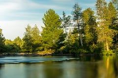 Να φανεί προς τα κάτω σε έναν άγριο καναδικό ποταμό στοκ εικόνες