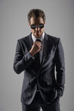Να φανεί τέλειος στο νέο κοστούμι του. Βέβαιοι νέοι επιχειρηματίες μέσα Στοκ Φωτογραφία