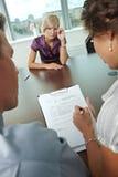 Να φωνάξει κατά τη διάρκεια της συνέντευξης εργασίας στοκ εικόνες με δικαίωμα ελεύθερης χρήσης