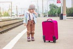 Να φωνάξει μικρών κοριτσιών στο σιδηροδρομικό σταθμό, δεν θέλει να φύγει Στοκ Φωτογραφίες