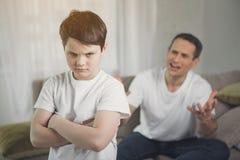 Να φωνάξει μπαμπάδων παιδιών ενοχλημένο ακρόαση στοκ εικόνα