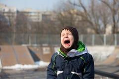 Να φωνάξει παιδιών πολύ δυνατό σε ένα ξέσπασμα ιδιοσυγκρασίας Στοκ Εικόνες