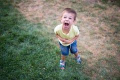 Να φωνάξει παιδιών πολύ δυνατό σε ένα ξέσπασμα ιδιοσυγκρασίας Στοκ φωτογραφίες με δικαίωμα ελεύθερης χρήσης