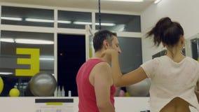 Να χορεψει μαζί στη μεγάλη αίθουσα στούντιο φιλμ μικρού μήκους