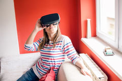 Να χρησιμοποιήσει VR googles στο σπίτι Στοκ Φωτογραφίες