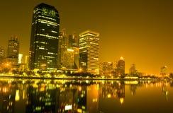 Να χτίσει τη νύχτα μέσα τη Μπανγκόκ στοκ φωτογραφίες