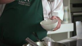Να χτυπήσει ελαφρά ένα μίγμα σε ένα τηγάνι απόθεμα βίντεο