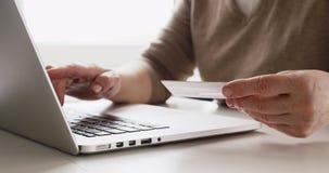 Να ψωνίσει on-line με την πιστωτική κάρτα φιλμ μικρού μήκους