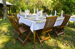 Να δειπνήσει πίνακας που τίθεται στον πολύβλαστο κήπο Στοκ εικόνα με δικαίωμα ελεύθερης χρήσης