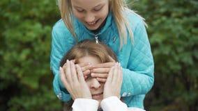 Νεαρή Καυκάσα που κάθεται στον πάγκο και περιμένει Νεαρό χαρούμενο κορίτσι που τρέχει από πίσω και κλείνει απόθεμα βίντεο