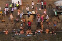 Νεαροί άνδρες που κολυμπούν στον ποταμό του Γάγκη ως θρησκευτική παράδοση στοκ εικόνα