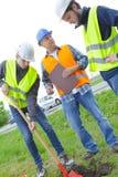 Νεαροί άνδρες που σκάβουν την τρύπα στο έδαφος Στοκ φωτογραφία με δικαίωμα ελεύθερης χρήσης