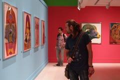 Νεαροί άνδρες στην έκθεση ζωγραφικής - Andy Warhol/Ιστανμπούλ Στοκ Φωτογραφίες
