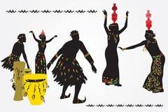 Νεαροί άνδρες και γυναίκες που χορεύουν και που παίζουν τα τύμπανα Στοκ εικόνες με δικαίωμα ελεύθερης χρήσης