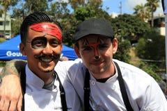 Νεαροί άνδρες που έχουν τη διασκέδαση που παίρνει τα πρόσωπά τους χρωματισμένα στο φεστιβάλ τροφίμων, Σαν Ντιέγκο, Καλιφόρνια, 20 Στοκ Εικόνες