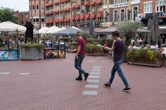 Νεαροί άνδρες που για τα pokemons Στοκ φωτογραφία με δικαίωμα ελεύθερης χρήσης