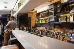 Νεαροί άνδρες που πίνουν την μπύρα από κοινού Στοκ Φωτογραφία