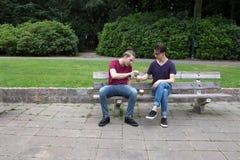 Νεαροί άνδρες που πίνουν το οινόπνευμα Στοκ Φωτογραφία