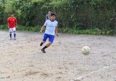Νεαροί άνδρες που παίζουν το ποδόσφαιρο στο Κατμαντού, Νεπάλ Στοκ Εικόνες