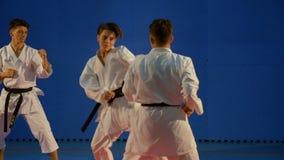 Νεαροί άνδρες που παλεύουν στο karate ανταγωνισμό σε σε αργή κίνηση απόθεμα βίντεο