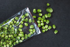 Νεαροί βλαστοί των Βρυξελλών σε μια πλαστική τσάντα Στοκ εικόνα με δικαίωμα ελεύθερης χρήσης