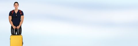 Νεαρός άνδρας διακοπών διακοπών με το ταξίδι εμβλημάτων αποσκευών copyspace Στοκ φωτογραφία με δικαίωμα ελεύθερης χρήσης