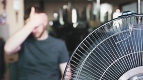 Νεαρός άνδρας και ανεμιστήρας Οργασμός του καλοκαιριού απόθεμα βίντεο