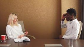 Νεαρός άνδρας και γυναίκα που έχουν μια φιλική συνομιλία, ψυχολογική υποστήριξη, βοήθεια φιλμ μικρού μήκους