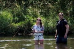 Νεαρός άνδρας και μια γυναίκα σε έναν ποταμό στη Γερμανία Στοκ Φωτογραφία