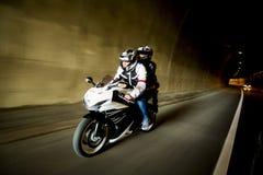 Νεαρός άνδρας και μια γυναίκα σε μια μοτοσικλέτα Στοκ εικόνες με δικαίωμα ελεύθερης χρήσης