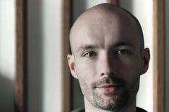 Νεαρός άνδρας με ένα φαλακρό κεφάλι Στοκ Εικόνες
