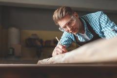 Νεαρός άνδρας με τα γυαλιά στην εργασία Στοκ Φωτογραφίες