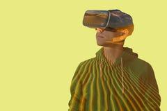 Νεαρός άνδρας με τα γυαλιά της εικονικής πραγματικότητας σε ένα υπόβαθρο της ερήμου Στοκ φωτογραφία με δικαίωμα ελεύθερης χρήσης