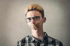 Νεαρός άνδρας με την κολλητική ταινία στο στόμα Στοκ φωτογραφία με δικαίωμα ελεύθερης χρήσης