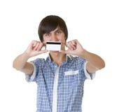 Νεαρός άνδρας με την πιστωτική κάρτα στοκ φωτογραφία με δικαίωμα ελεύθερης χρήσης