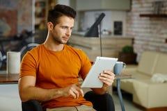 Νεαρός άνδρας με την ταμπλέτα στοκ εικόνα