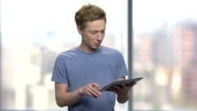 Νεαρός άνδρας με την ταμπλέτα PC που δίνει μια διάλεξη απόθεμα βίντεο