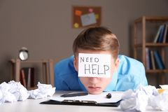 Νεαρός άνδρας με τη ΒΟΗΘΕΙΑ ΑΝΑΓΚΗΣ σημειώσεων στο μέτωπο στοκ εικόνες με δικαίωμα ελεύθερης χρήσης