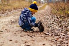 Νεαρός άνδρας με τη χνουδωτή γάτα στοκ εικόνα