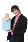 Νεαρός άνδρας με τη teddy πάπια στοκ φωτογραφία με δικαίωμα ελεύθερης χρήσης