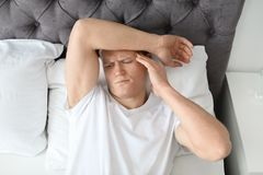 Νεαρός άνδρας με τον πονοκέφαλο Στοκ Εικόνα