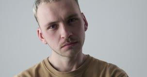 Νεαρός άνδρας με το κεφάλι που σωριάζεται φιλμ μικρού μήκους